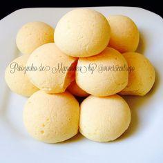 Pãozinho de Mandioca °° 50 g de mandioca cozida e amassada 1 ovo 5 cs (150 g) de polvilho azedo 2 cs (30ml) de leite quente (pode usar o leite de sua preferência) 1 cs (10 ml) de azeite Sal a gosto 100 g de queijo meia cura ralado (opcional para alérgicos ou intolerantes). Misture o leite, a mandioca, o azeite com um garfo. Adicione o polvilho e o queijo (se for usar), mexa com um garfo e adicione o ovo.