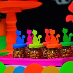 Festa neon com gatinhos! Amamos cada detalhe! #glowinthedark