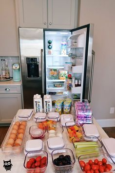 What's In My Fridge (& How I Organize It!) (Southern Curls & Pearls) wearing: Adidas sweatshirt // Zella leggings Good morning everyone! I asked the other day if you guys wanted to read more. Refrigerator Organization, Kitchen Organization Pantry, Home Organisation, Organized Fridge, Storage Organization, Storage Ideas, Clean Eating Recipes, Healthy Recipes, Eating Clean