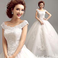Günstiges Brautkleid mit wunderschönem V-Ausschnitt. Aktuelle Mode 2016 mit Spitze und großem Reifrock.