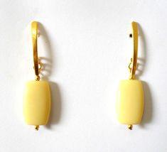 Cód: BD310  Tam: 5,5 cm    Brinco em banho de ouro com pedra de resina bege. R$ 17,00