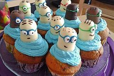 Minion cupcakes - Food: Kuchen/Cupcakes/Muffins/Sweets - For Life Food Mini Desserts, Fall Desserts, Strawberry Cupcakes, Mini Cupcakes, Cupcake Cakes, Cupcakes Fall, Party Cupcakes, Cookies Et Biscuits, Cake Cookies