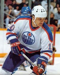 Esa Tikkanen LW...Edmonton Oilers Different Sports, Edmonton Oilers, National Hockey League, Sports Pictures, Lady And Gentlemen, Hockey Players, Ice Hockey, Motorcycle Jacket, Athlete