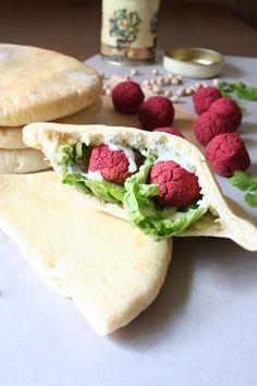 Falafel z červené řepy v domácím pita chlebu s koriandrovým dipem - http://www.vareniste.cz/falafel-z-cervene-repy-v-domacim-pita-chlebu-s-koriandrovym-dipem/