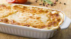 Prova le patate al gratin con mozzarella e zucchine. Un contorno che è anche un piatto unico, da completare con tanti cipollotti freschi.