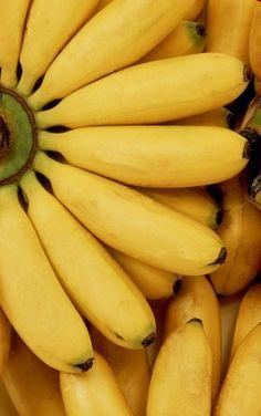Hoy compartimos con vosotros un truco de cocina que os será útil para hacer que los plátanos maduren antes. Nos gusta comprar los plátanos casi siempre que estén verdes para que nos duren más tiempo, pero a la hora de echar mano de ellos vemos que siguen verdes y no podemos hacer otra cosa que espe