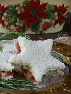 TRAMEZZINI NATALIZI  #ricette #natale #natale2018 #christmas #sandwiches Antipasto, Tea Sandwiches, Christmas Tea, Appetisers, Food Humor, Finger Foods, Feta, Brunch, Food And Drink