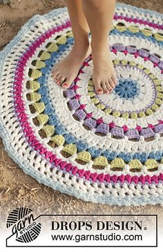 Color Wheel Carpet By DROPS Design - Free Crochet Pattern - (garnstudio) - Crochet for Home - Crochet Diy, Mandala Au Crochet, Crochet Home Decor, Crochet Crafts, Crochet Doilies, Crochet Projects, Crochet Rugs, Crochet Pillow, Hand Crochet