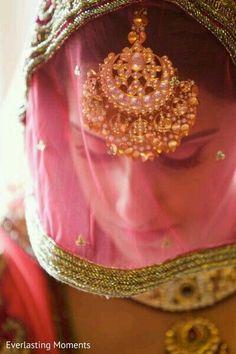 Wedding photos getting ready the bride style 51 ideas Tikka Jewelry, Indian Jewelry, Head Jewelry, Desi Wedding, Wedding Bride, Bridal Necklace, Wedding Jewelry, Punjabi Bride, Bride Indian