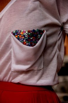 lantejoulas no bolso. Sewing Clothes, Diy Clothes, Fashion Details, Diy Fashion, Diy Camisa, Iranian Women Fashion, Diy Embroidery, T Shirt Diy, T Shirts With Sayings