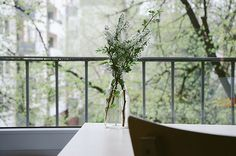 Minimal Vase on a table :: Flower Wallpapers Casa Clean, Jolie Photo, Spring Cleaning, Green Cleaning, Fall Crafts, Diy Crafts, Feng Shui, A Table, Wood Tables