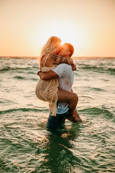 Water Engagement Photos, Engagement Photo Poses, Couple Photoshoot Poses, Couple Shoot, Photoshoot Ideas, Couple Beach Pictures, Couple Pics, Beach Photos, Intimate Couples