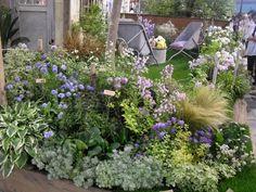 「ターシャ・テューダーの庭」記事の画像 Garden Paths, Garden Landscaping, Cafe Plants, Backyard Plan, Green Garden, Green Flowers, Garden Styles, Beautiful Gardens, Perennials