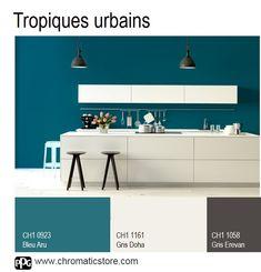 Cette cuisine illustre le style tropical tout en subtilité en associant la luxuriance du Bleu Aru à la sobriété du Gris Doha et du Gris Erevan. www.chromaticstore.com #déco #cuisine #tropiques