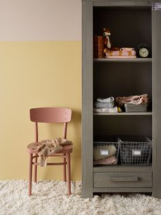 VÄGG: JOTUN SENS 07 3i1 VÄGG/PANEL/LIST ÖVRE DEL, 10580 SOFT SKIN NEDRE DEL, 10246 VELVET STOL 2856 WARM BLUSH Fashion Room, Girl Room Inspiration, Interior, Bedroom Interior, Yellow Kids Rooms, Home Decor, Room Inspiration, Kids Interior, Kid Room Style