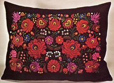 The New Hungarian Voice promotes Hungarian culture in Canada Chain Stitch Embroidery, Rose Embroidery, Learn Embroidery, Embroidery Stitches, Stitch Head, Last Stitch, Flower Embroidery Designs, Embroidery Patterns, Cushion Cover Pattern