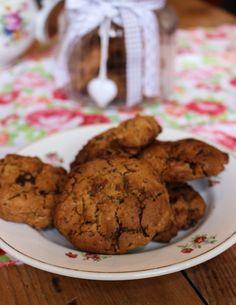 Okay. J'ai trouvé ma recette de cookies. Testée et approuvée dans deux goûters entre copines (LE test ultime!). Le goût est au top, le mélange de la cacahuète et du chocolat est topissime, je ne l'apprends à personne j'imagine. Mais ça encore, ça n'était pas le plus dur, non, le plus dur je trouve dans les cookies (vegan ou pas) c'est la texture. Soit trop sablés, soit trop moelleux, soit trop biscuités, ça n'est pas évident de trouver la texture croquante à l'extérieur ET moelleuse à…
