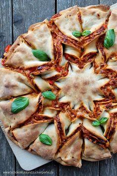 Delicious recipe for a pizza flower with tomato pesto. A great idea, the class … – pizza Pizza Snacks, Snacks Für Party, Pizza Recipes, Veggie Recipes, Healthy Dinner Recipes, Brunch Cake, Food Porn, Pizza Lasagna, Pizza Pizza