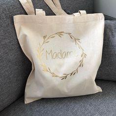 Tote bag en coton, 38*42cm personnalisable Le modèle présenté est personnalisé avec l'inscription «madame» Les sacs VaLauRa peuvent être personalisés avec un large choix de couleurs, textes,motifs, n'hésitez pas à nous contacter pour réaliser ensemble votre projet. Plus de m
