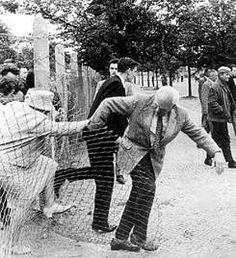 hier probeert een echtpaar te vluchten van oost naar west Berlijn