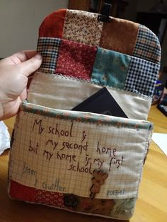 He de reconocer, que me cuesta muchiiiiiiiiisimo regalar patchwork. Creo que solo le regalo a mi hermana Rosa. No todo el mundo e... Sewing Art, Love Sewing, Sue Sunbonnet, Japanese Patchwork, Bag Patterns To Sew, Quilted Bag, Little Bag, Cute Bags, Fabric Scraps