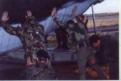 Los muchachos del GOE o Comandos de la FAA palpan a los subditos de su Majestad durante Abril de 1982