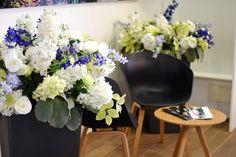 Seidenblumenfloristik setzt besondere Akzente in Räumen und sorgt für besondere Blickfänge. Color Of The Year, Floral Wreath, Wreaths, Silk, Classic, Plants, Blue, Home Decor, Delphinium