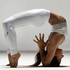 Yoga is een van de zes orthodoxe of astika filosofische scholen van het hindoeïsme. Yoga leert de geest, het gevoel en het lichaam te beheersen. Er zijn meer vrouwen dan mannen die Yoga beoefenen wellicht heeft dit met andere prioriteiten te maken. Uit ervaring weten we dat Yoga niet alleen maar moeilijke poses bevat maarRead More