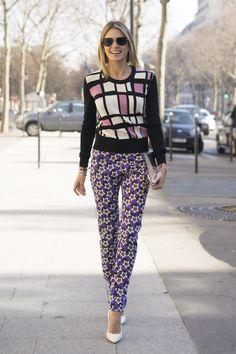 PFW Day 5 - Helena Bordon, street style, mix de estampas, tricot gráfico, calça skinny estrelas, scarpin branco, clutch, bracelete, óculos escuros