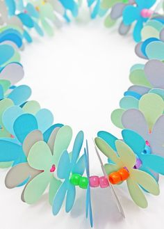 I wanted to bring you this Hawaiian paper lei kid craft to keep your kids engrossed this summer. It also works as a great party activity.