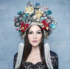 Monica Bellucci covers The Hunger Magazine Looks like a traditional Chinese wedding headpiece Monica Bellucci, Dress Dior, John Rankin, Foto Fantasy, Hunger Magazine, Fru Fru, Russian Fashion, Russian Style, Tiaras And Crowns