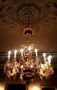 Esta magnífica lámpara de araña del siglo XIX, fruto de los vidrieros de Bohemia, se encuentra también en el salón amarillo.