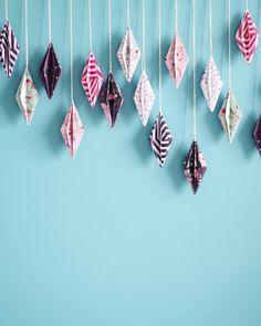 DIY enfin en ligne ! http://ift.tt/1L02Uci Et si vous ne l'aviez pas deviné ce sont des diamants en Origami que j'ai monté en guirlande pour décorer le mur de mon bureau ! #DIY #origami #papier #craft #toga #paper #paperflowers #geometry #diamond #origamidiamond #diamant #ficelle by isabelle_fete_unique