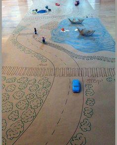 Papel pardo ou cartolinas, tintas, canetinhas e imaginação podem se transformar numa lúdica brincadeira.