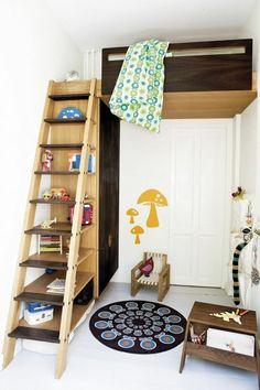 Bett Design- Treppe aus Holz, die als ein Regalsystem gilt