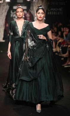 Have a wedding to go to, don't know what style you want to wear? Check out these amazing Indian Wedding dress options from Lakme Fashion Week. India Fashion Week, Lakme Fashion Week, Tokyo Fashion, Fashion Weeks, Street Fashion, Latest Fashion, Indian Wedding Outfits, Indian Outfits, Indian Clothes