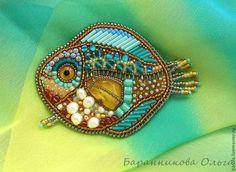 Купить или заказать Брошь 'Янтарная рыбка' в интернет-магазине на Ярмарке Мастеров. Небольшая, яркая и очень позитивная брошь-рыбка с натуральным янтарём и речным жемчугом поднимет вам настроение пасмурным осенним днём и согреет солнечным теплом зимой. Рыбке будет очень удобно на лацкане пиджака, рубашке или шарфике.