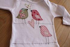 Niedliches Mädchenshirt aus reiner Baumwolle in weiß.  Mit süßen Spatzen und Herzen aus bunten Baumwollstoffen.  Auf Wunsch baumelt der Name an der...
