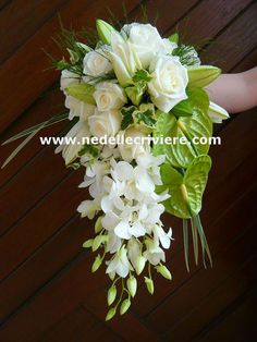 Bouquet-de-mariee-retombant-vert-et-blanc-ok. Cascading Bridal Bouquets, Bride Bouquets, Wedding Flowers, Bouquet Wedding, Wedding Dress, Color Of The Year 2017 Pantone, Pantone Color, Deco Nature, Nature Tree