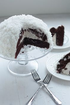 Sno-Ball Cake - just like the mini Hostess kind!Sno-Ball Cake - just like the mini Hostess kind!Sno-Ball Cake - just like the mini Hostess kind! Cupcakes, Cupcake Cakes, Sweets Cake, Just Desserts, Delicious Desserts, Yummy Food, Sweet Recipes, Cake Recipes, Dessert Recipes