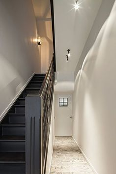 Interior by Het Atelier, Hooglede - Belgium. Love the black staircase ! Staircase Railings, Staircase Design, Stairways, Black Staircase, Banisters, Country Interior, Interior And Exterior, Ponche Navideno, Townhouse Interior