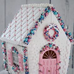 Gingerbread House Ideas For Add Christmas Decor Preparing some house decor for Christmas season always a fun activity. Therefore, many people loves to do it at end of the year. Furthermore, the children Gingerbread House Designs, Gingerbread House Parties, Gingerbread Village, Christmas Gingerbread House, Christmas Sweets, Pink Christmas, Christmas Baking, Christmas Holidays, Christmas Crafts