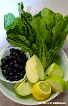 Juice Recipe: Blueberry, Spinach, Green Apple and Lemon. A green juice that doesn't taste like a green juice. Clementinebean.wordpress.com