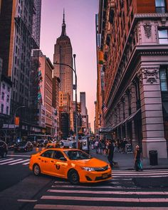Uploaded by 𝓖𝓲𝓪𝓷𝓷𝓪♡. Find images and videos about new york city, views and taxi on We Heart It & the app to get lost in what you love. City Aesthetic, Travel Aesthetic, New York Vintage, Photographie New York, Places To Travel, Places To Visit, Japon Illustration, City Vibe, Nyc Life