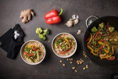 Ρύζι καστανό με stir-fry λαχανικών: εύκολο και υγιεινό για τις καθημερινές Stir Fry, Fries, Nom Nom, Veggies, Lunch, Salad, Cooking, Ethnic Recipes, Food