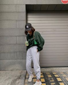 Simple Outfits, Stylish Outfits, Cool Outfits, Aesthetic Grunge Outfit, Aesthetic Clothes, Black And White Girl, Hoodie Outfit, Korean Street Fashion, Teen Fashion Outfits