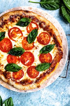 This homemade Margherita Pizza Recipe is a fantastic dish to make at home, and especially fun to make with kids! You only need a few ingredients to make this Italian speciality. Click here for tips and tricks of how to make homemade pizza sauce and also how to level up your crust! Pizza Recipes, Cooking Recipes, Snack Recipes, Easy Tiramisu Recipe, Vegetarian Pizza, Making Homemade Pizza, Pizza Ingredients, Frozen Pizza, How To Make Pizza