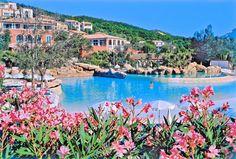 Pierre & Vacances Les Restanques du Golfe de Saint-Tropez is een groot en zeer compleet vakantiepark aan de Côte d'Azur, op ca. 2 km van Port-Grimaud. Het is gelegen tegen een heuvel, met panoramisch uitzicht op de baai van Saint-Tropez. Er zijn diverse zwembaden en kinderclubs voor kinderen t/m 18 jaar. Vakantiepark Pierre & Vacances Les Restanques du Golfe de Saint-Tropez ligt op ca. 3 km van het strand. Grimaud, Saint-Tropez en Sainte-Maxime bevinden zich op een steenworp van het park.