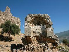 Karge Landschaft mit alten Ruinen der Festung Pecinkale in Anatolien im Westen der Türkei