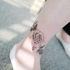 tatouage jambe femme rose autour de la cheville